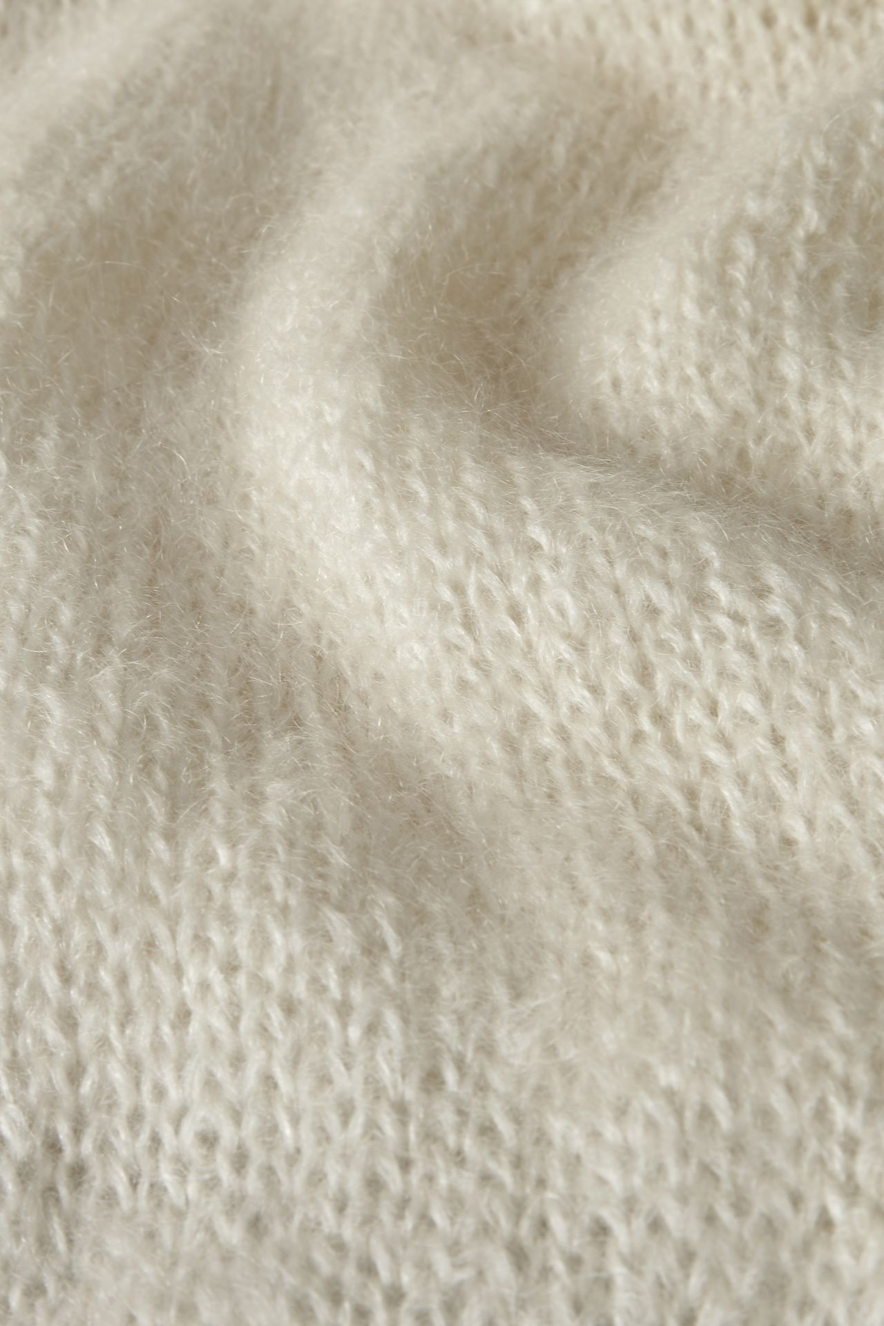 Mohair off-white yarn detail knit.