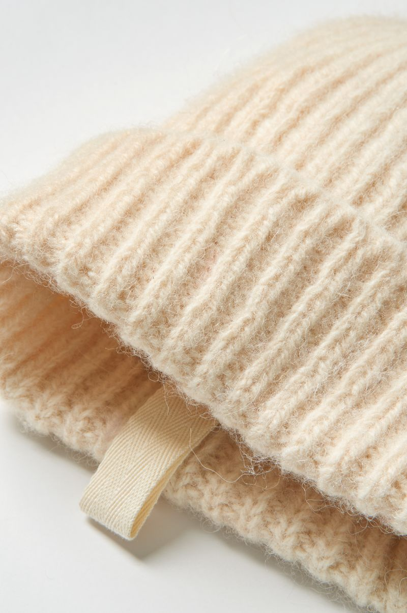 Geribde muts van dutch wool detail.