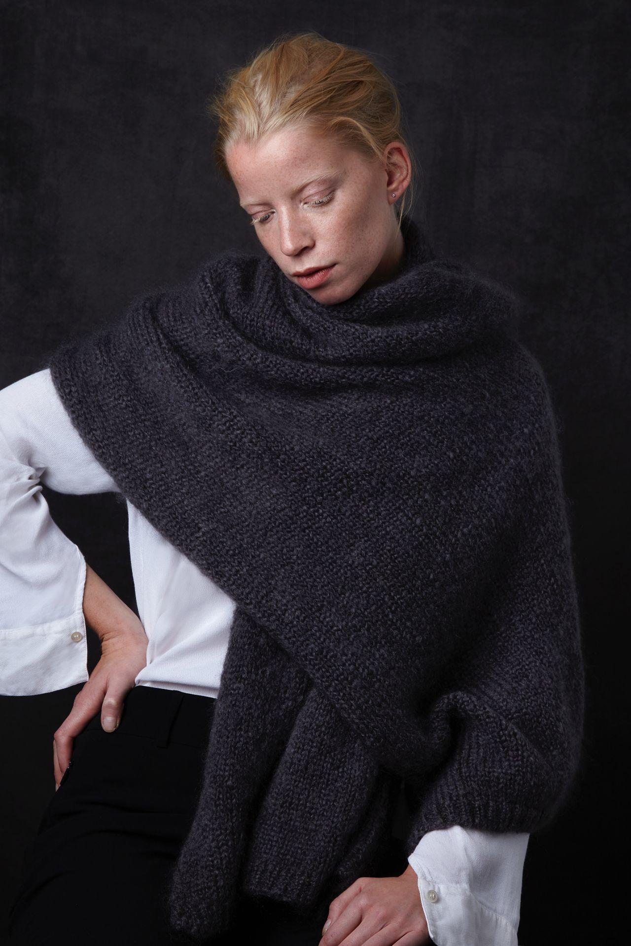 Juul mohair wool dark gray shawl from Dutch goats detail.