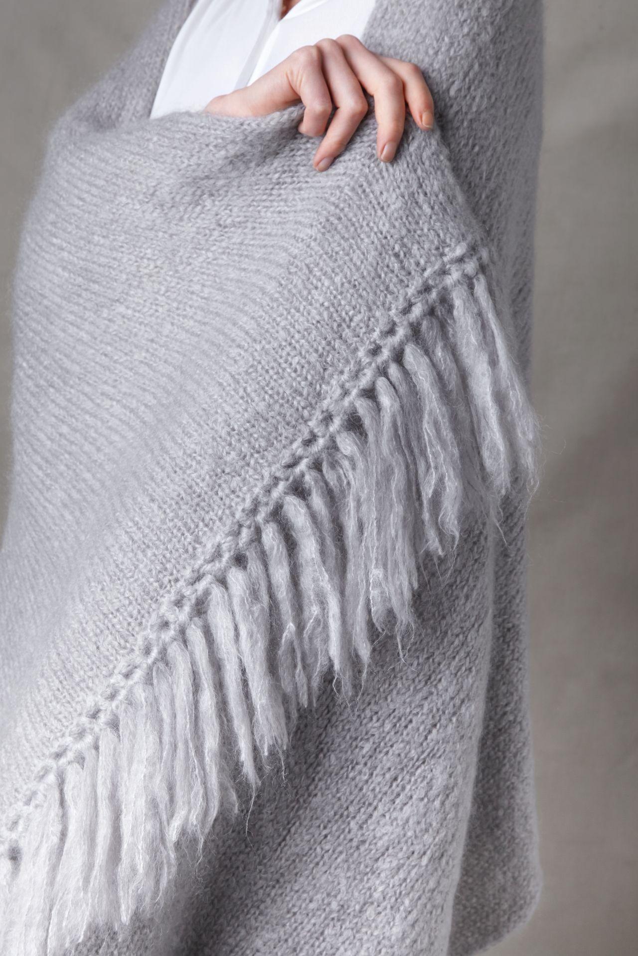 Juul mohairwol lichtgrijs omslagdoek van nederlandse geiten detail fringe.