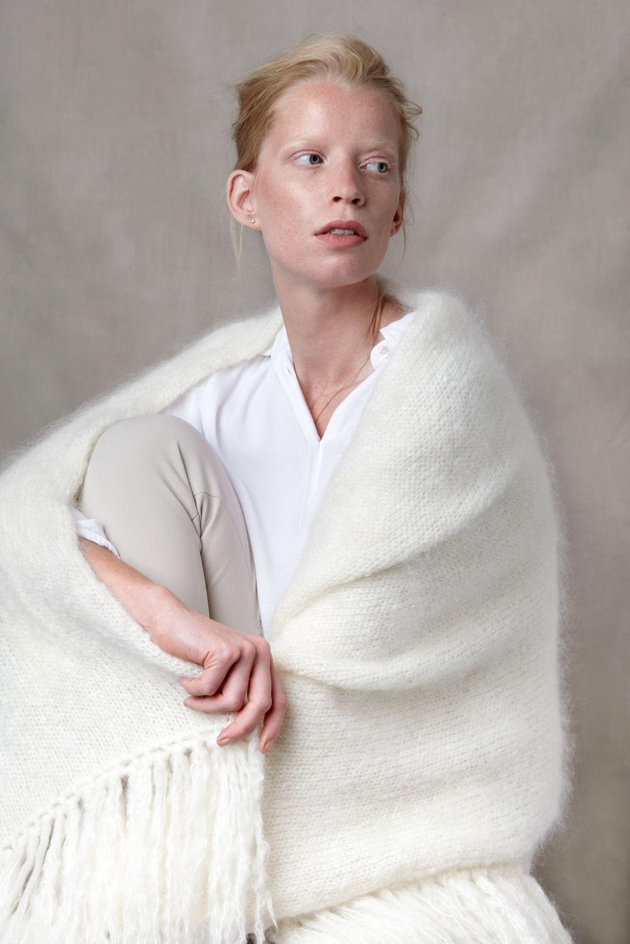 Juul mohairwol gebroken wit omslagdoek van nederlandse geiten met model.