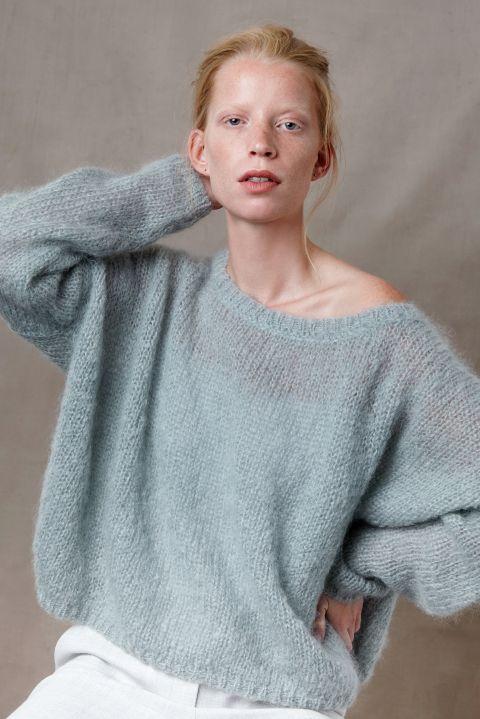 Nena mohairwol los vallende trui van Nederlandse geiten met model.